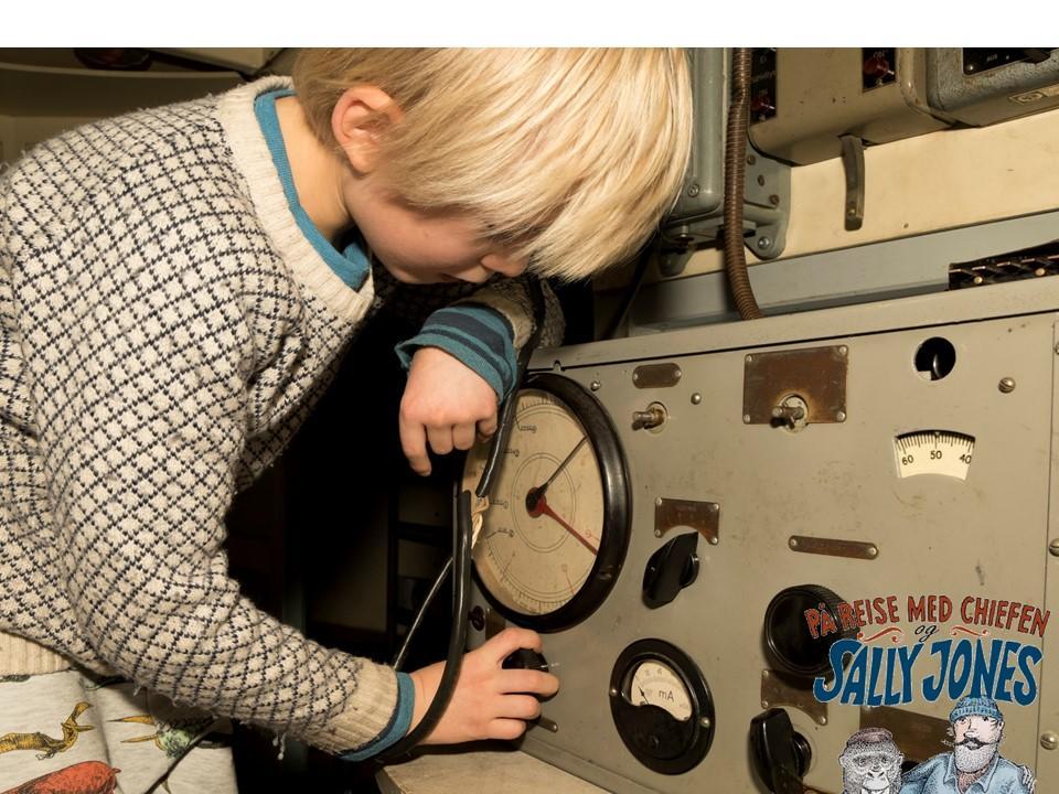 Barn skrur på apparat i utstillinga Sally Jones.