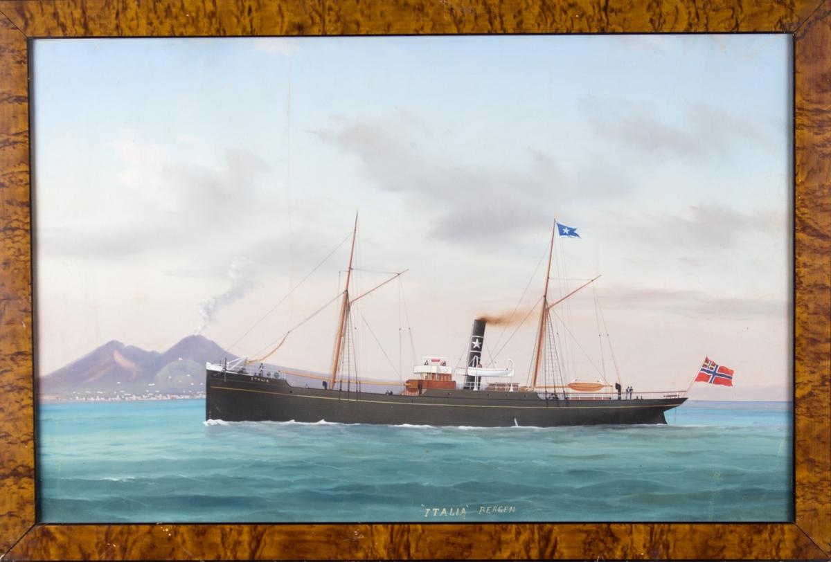 Skipsportrett av DS ITALIA under fart med vulkanen Vesuv i bakgrunnen. Fører unionsflagg akter samt rederiflagg for rederiet Adolph Halvorsen i Bergen i stormasten.