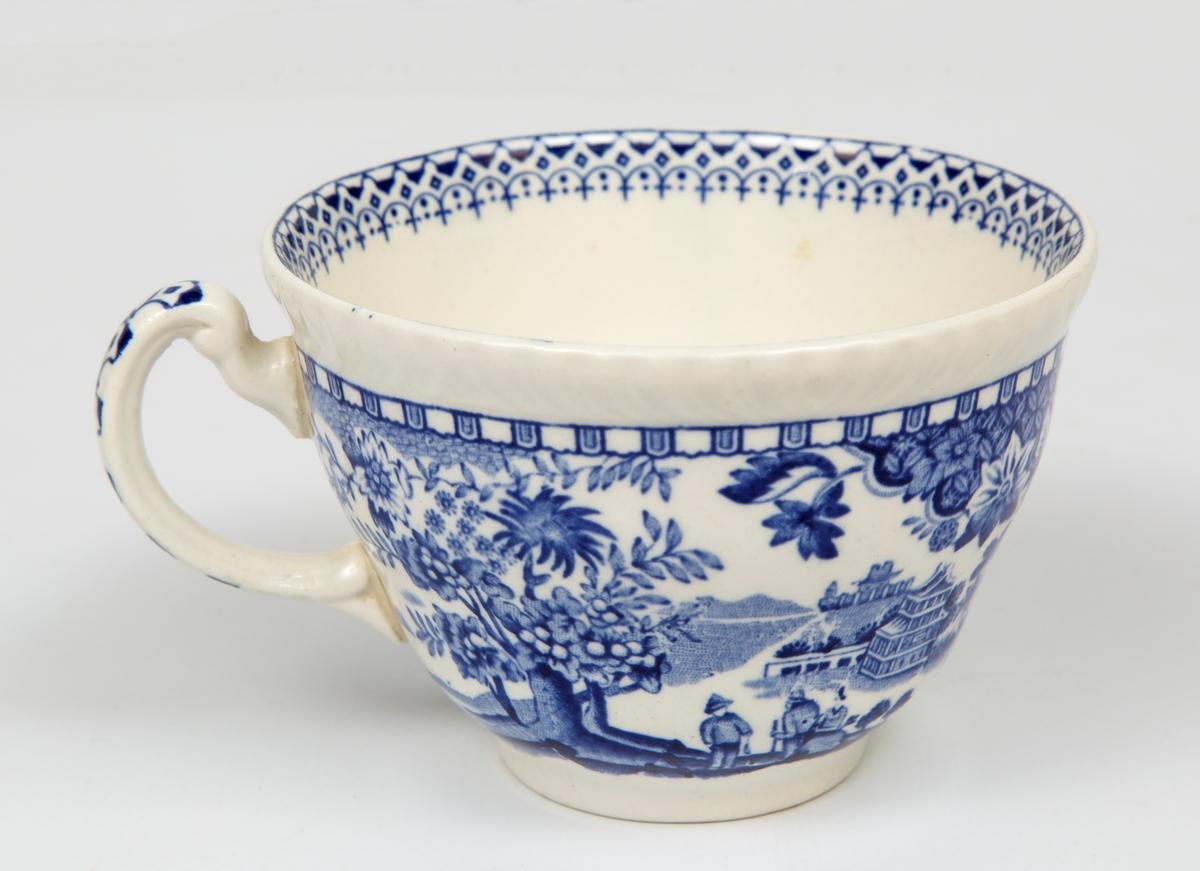 Dekorert kopp med hank.