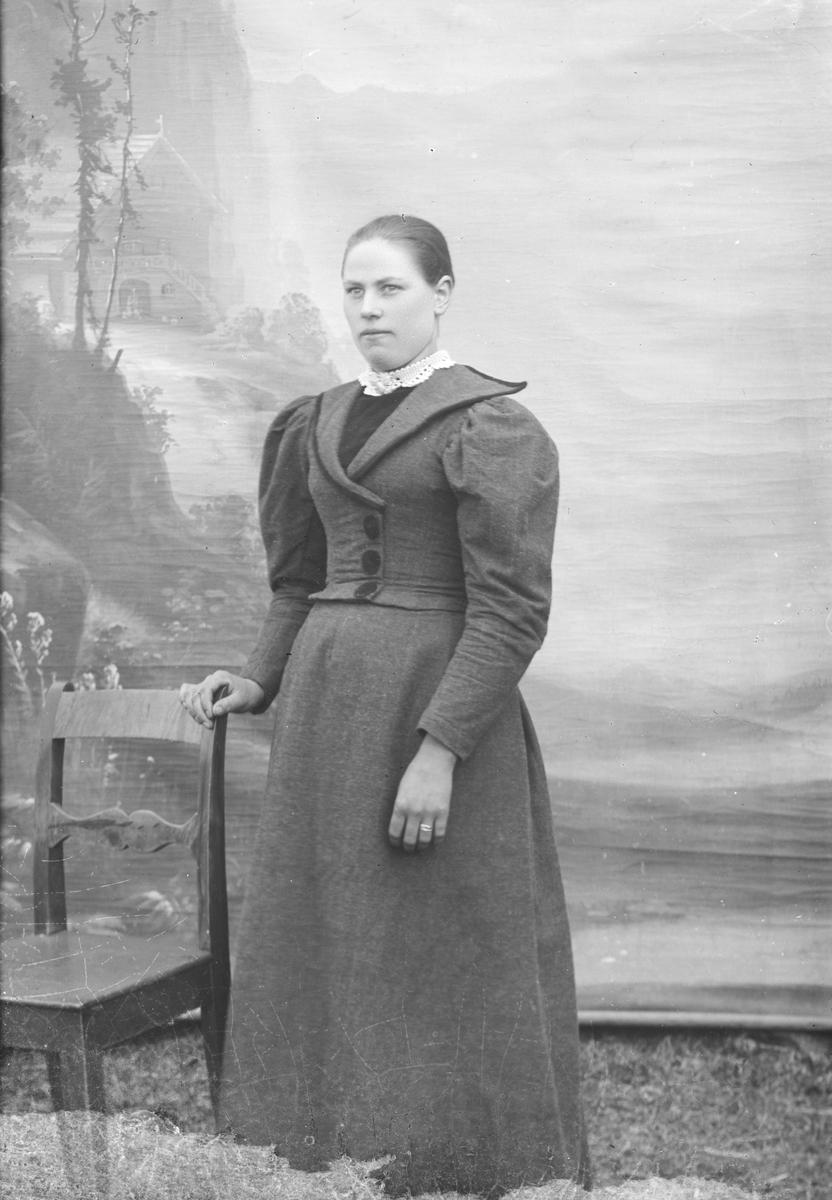 Portrett, helfigur, Anna H. Pynten