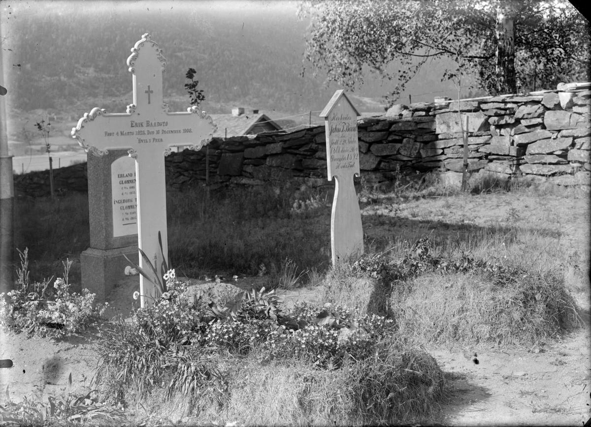 Gravstøtter på Tretten kirkegård (Erik Baadstø, John P. Baadstø)