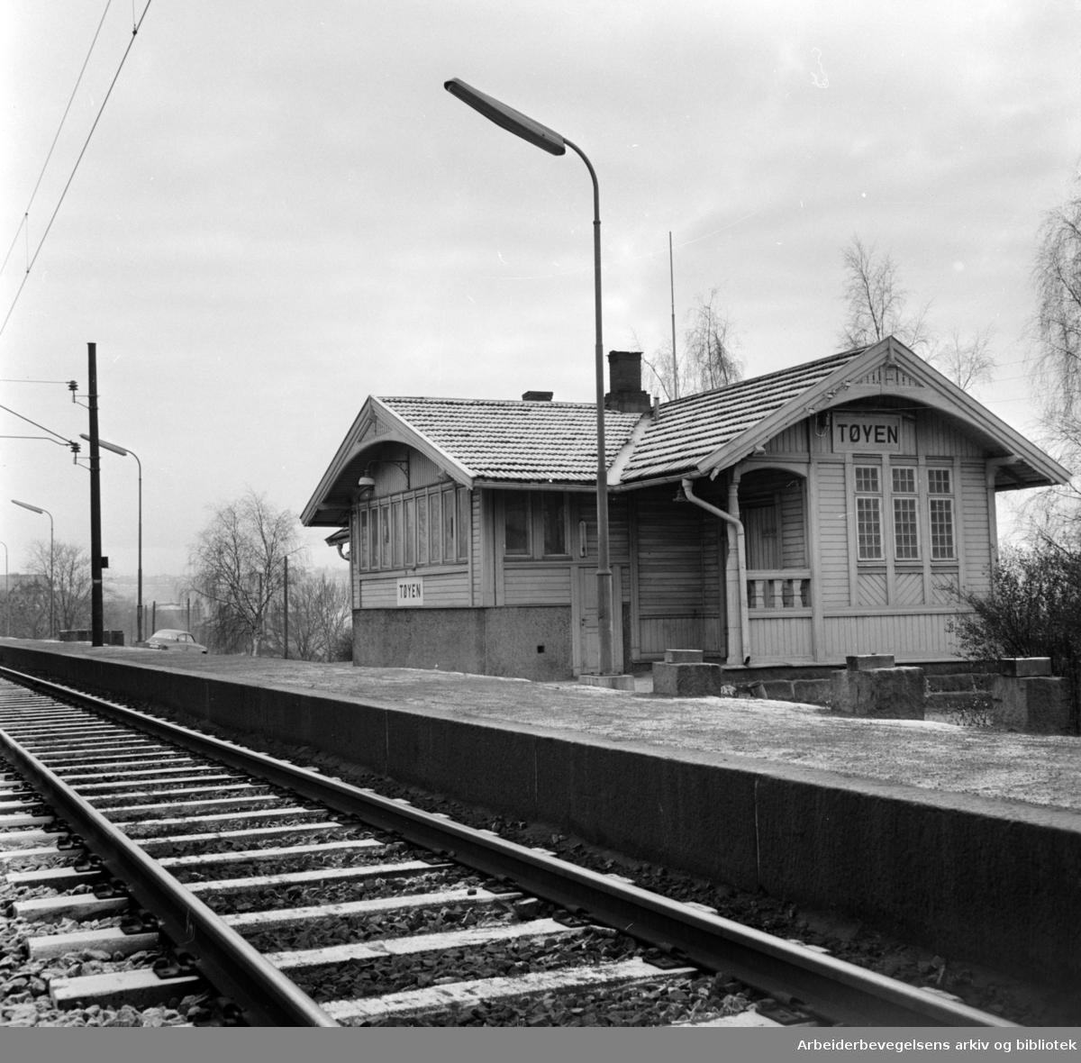 Tøyen stasjon. Stasjon selges til høystbydende. November 1965