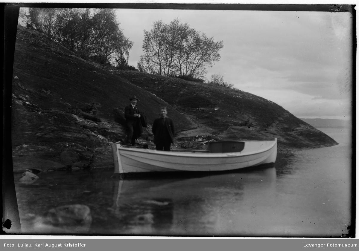 To menn med en båt, fotografert antakelig i Levanger området.