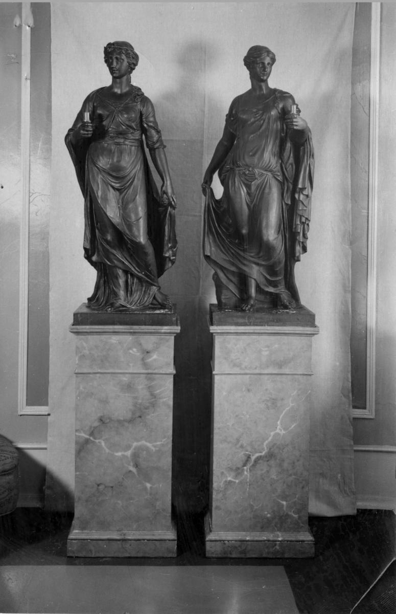 Skulpturfigurer på sokkel, interiør Ulefos Hovedgaard.