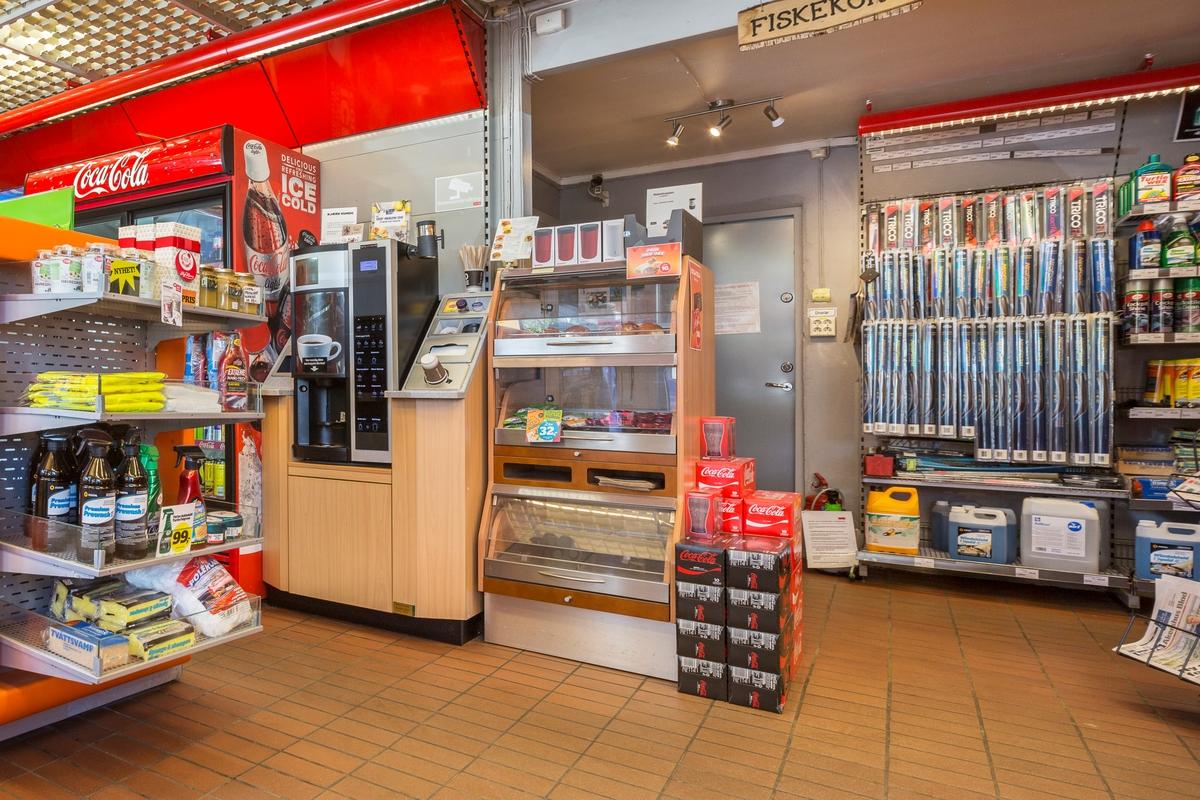 Statoil Hemnes. Butikk interiør med veggseksjon med kaffeautomat og bakervarer. I bakgrunnen en veggseksjon med vinduviskere.