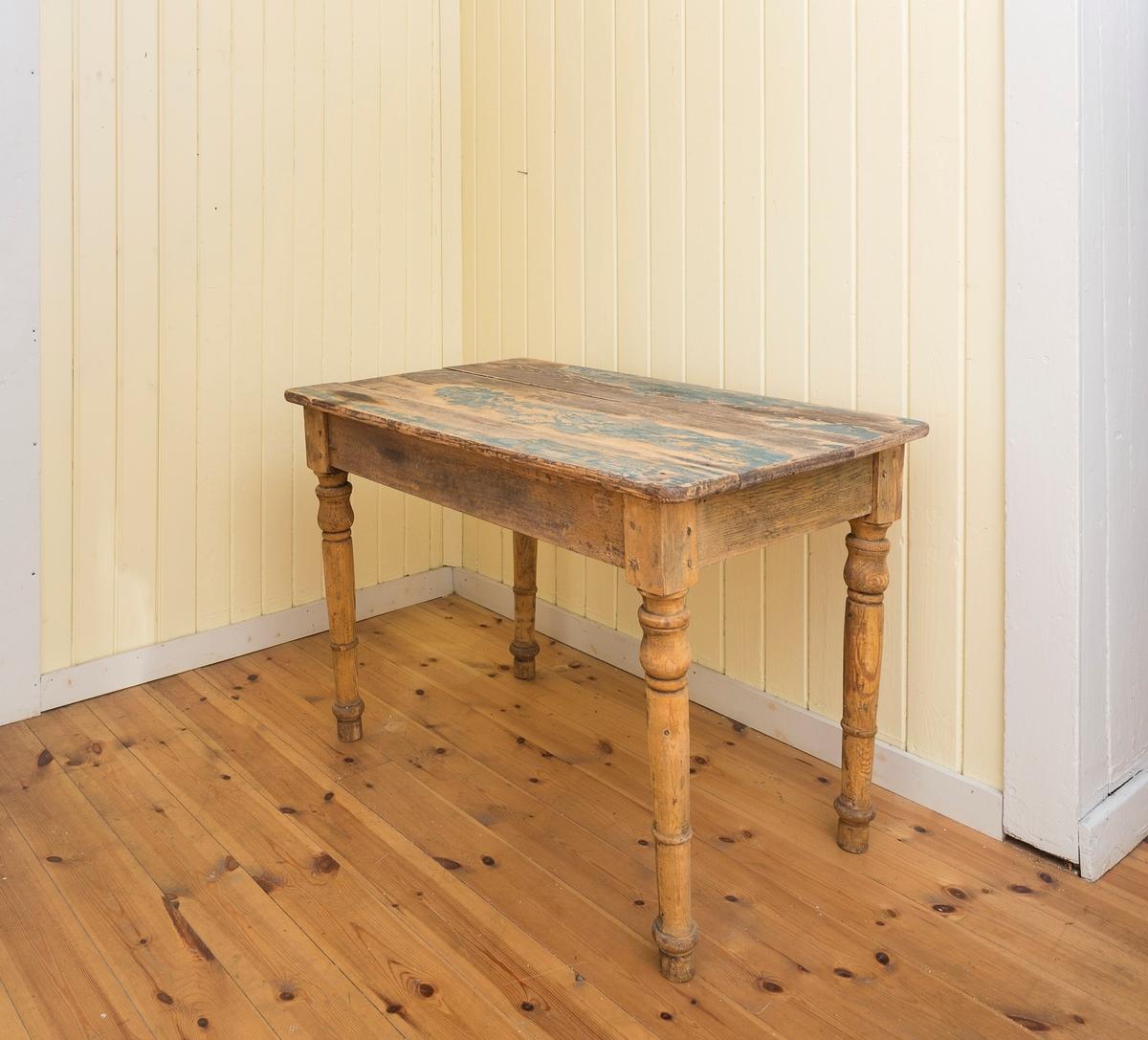 Bord satt sammen av tre bordplater, og med 4 dreiet ben.