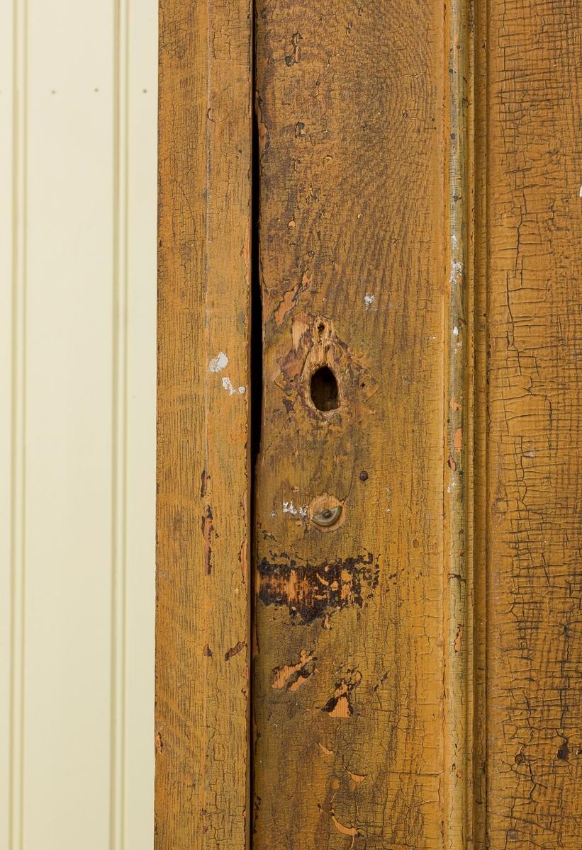 Skap med to skuffer. Lås på skuffene i messing. Skapdør mangler lås. Mangler nøkkel. 4 hyller på innsiden av skapet.