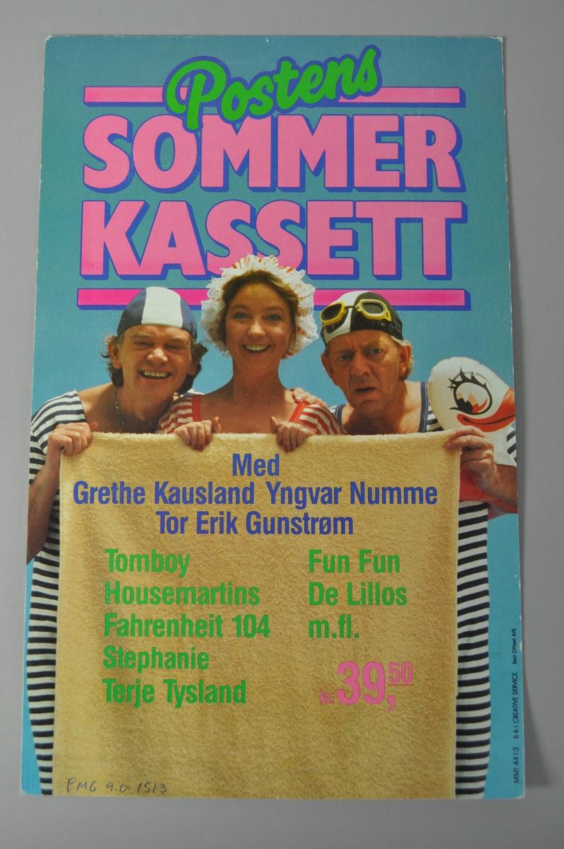 Salgsplakat for Posten sommerkassett. Rektangulær plakat med tekst og bilde, Rød bakgrunn.