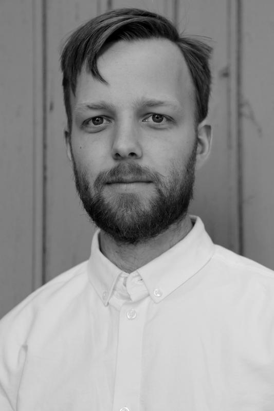 """Svart-hvitt portrett av skuespiller Preben Rongve i stykket """"Mellom jungel og hav""""."""