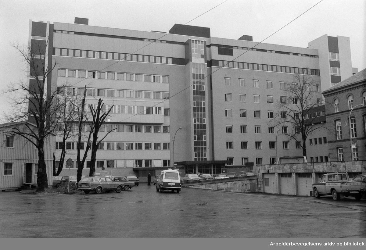 Ullevål sykehus. Midtblokka. De tre øverste etasjene i Nordfløyen blir kvinneklinikk. Mars 1974