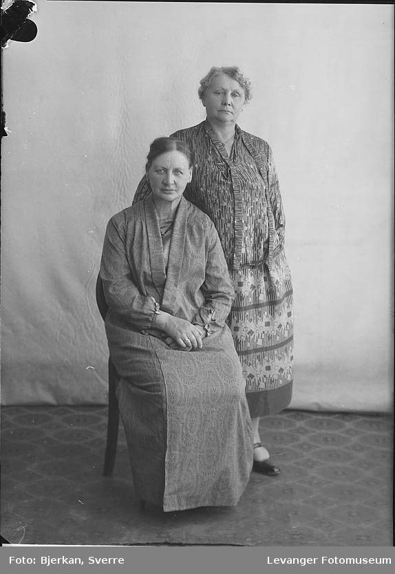 Portrett av to kvinner. den ene heter Helene Kongshaug den andre er hennes søster hvis navn er ukjent