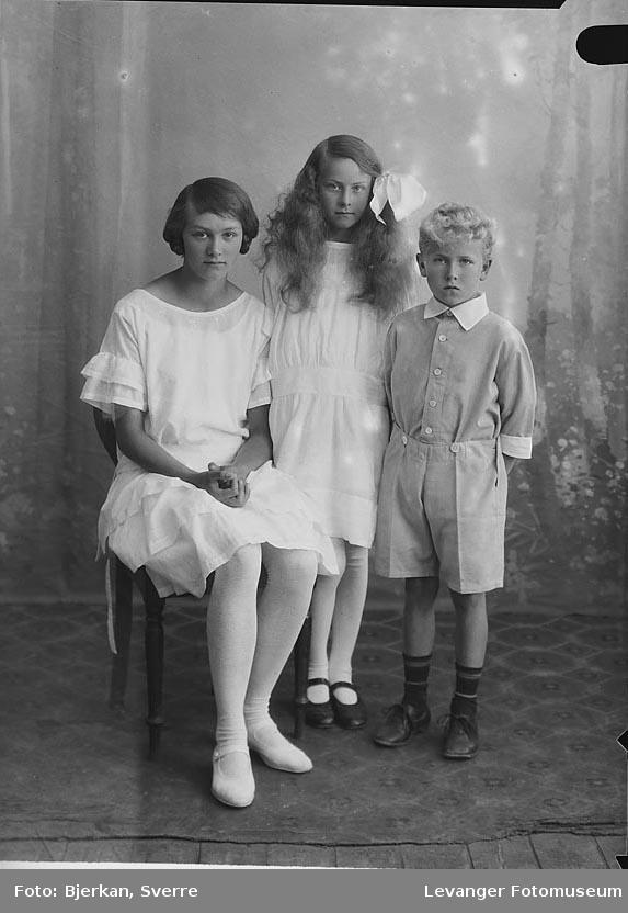 Gruppebilde av to jenter og en gutt. etternavnet på barna er Norhus