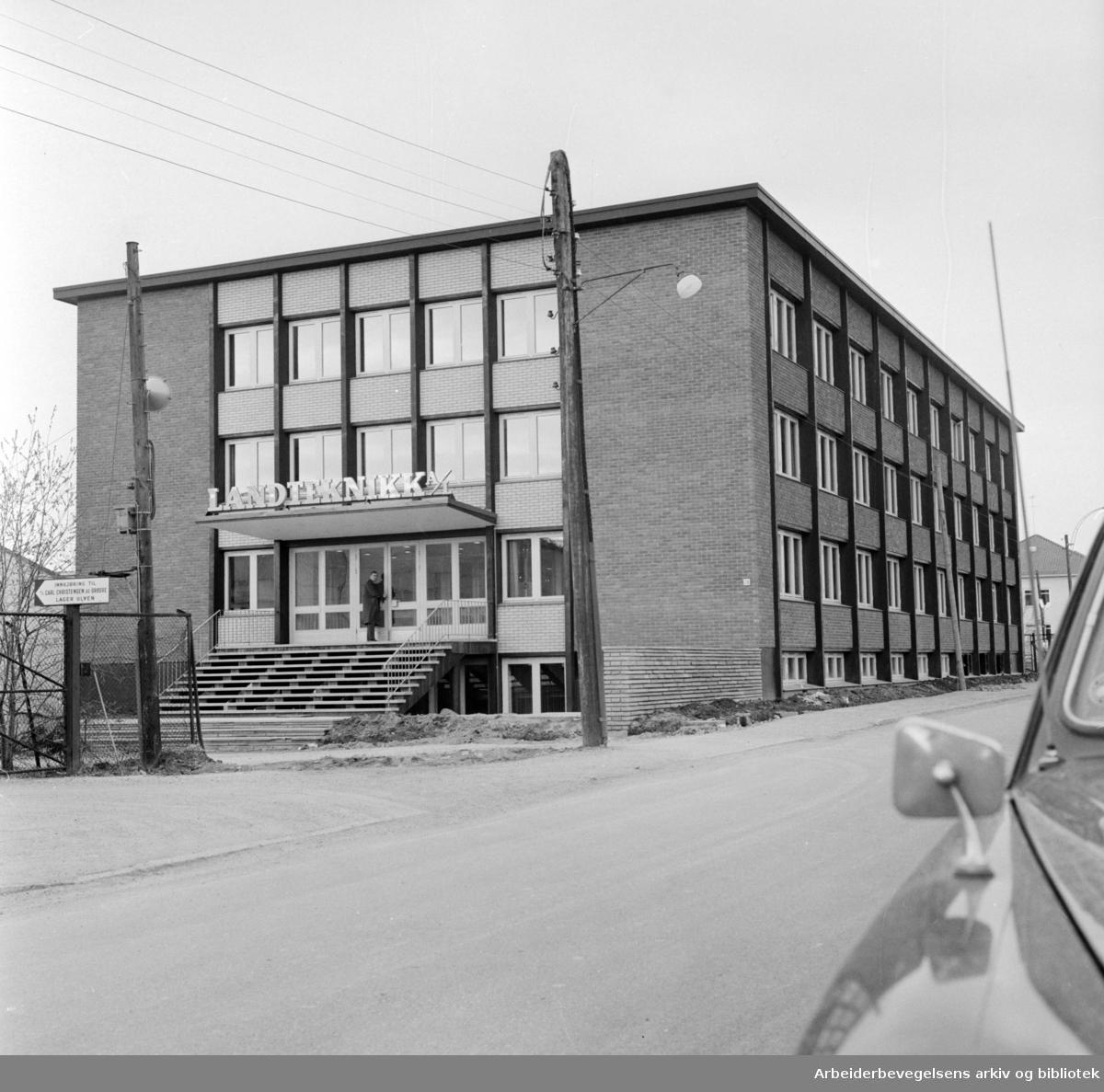Ulven Landteknikk A/S. Her produseres og omsettes teknisk utstyr, driftsmidler og rekvisita for jordbrukets foredlings og omsetningsvirksomhet. April 1965
