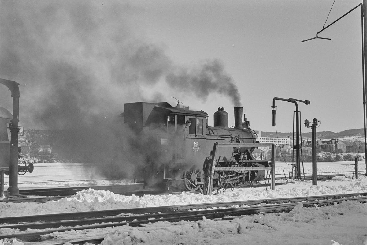 Damplokomotiv type 23b nr. 440 ived vannstenderen på Trondheim stasjon.