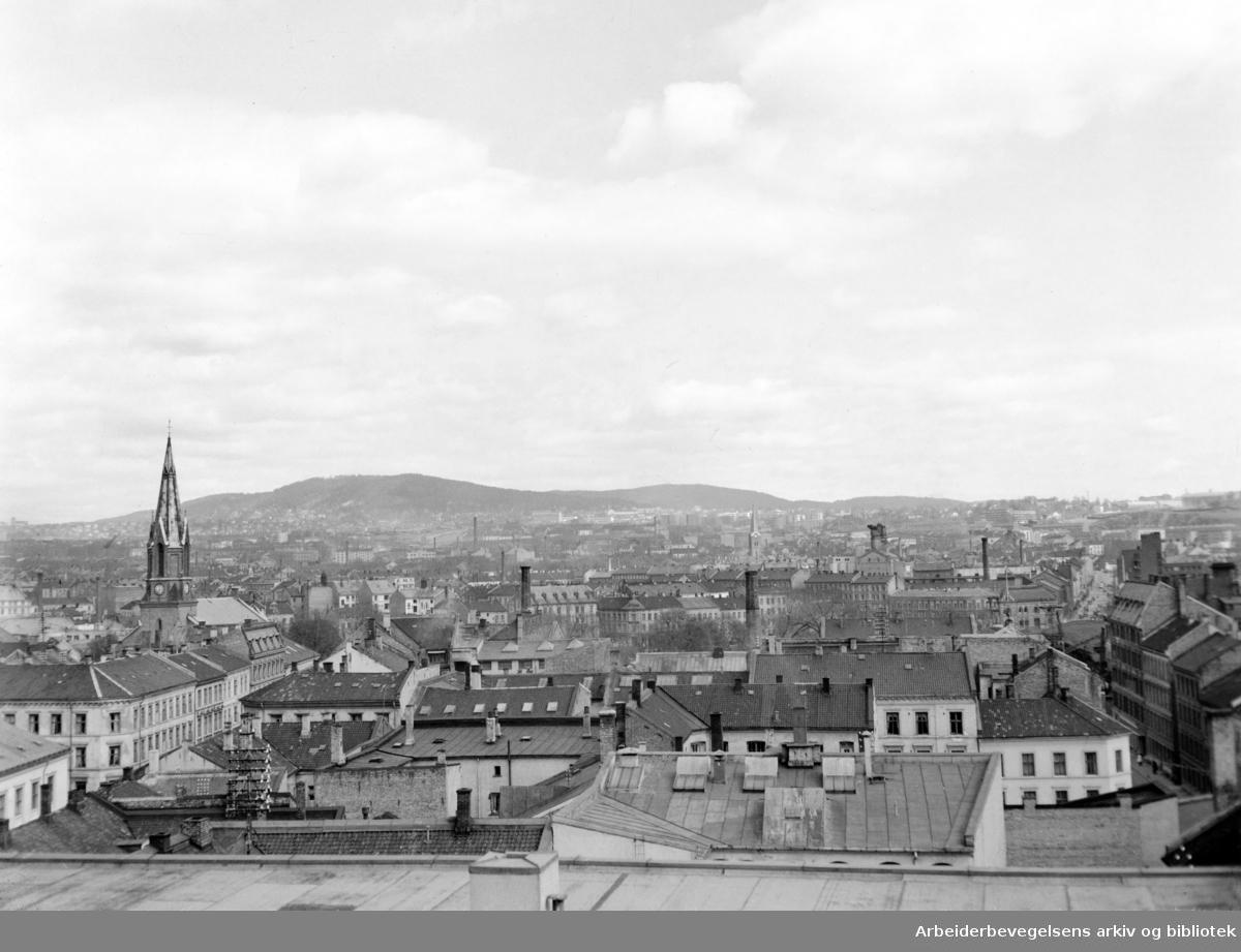 Utsikt over Oslo nordover fra Samfundshuset. April 1949