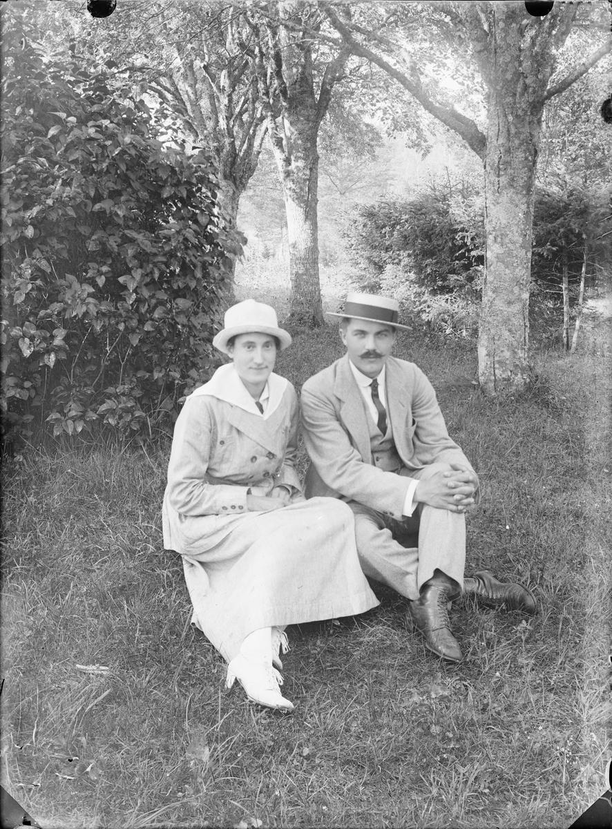 Man och kvinna i trädgård, Alunda, Uppland