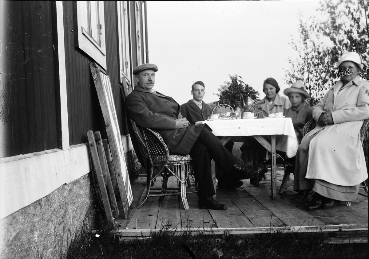 Kaffepaus ute på altanen. Ruben och Christiane Liljefors med familj, sannolikt på deras sommarställe Svensgården i Leksand, Dalarna, Sverige