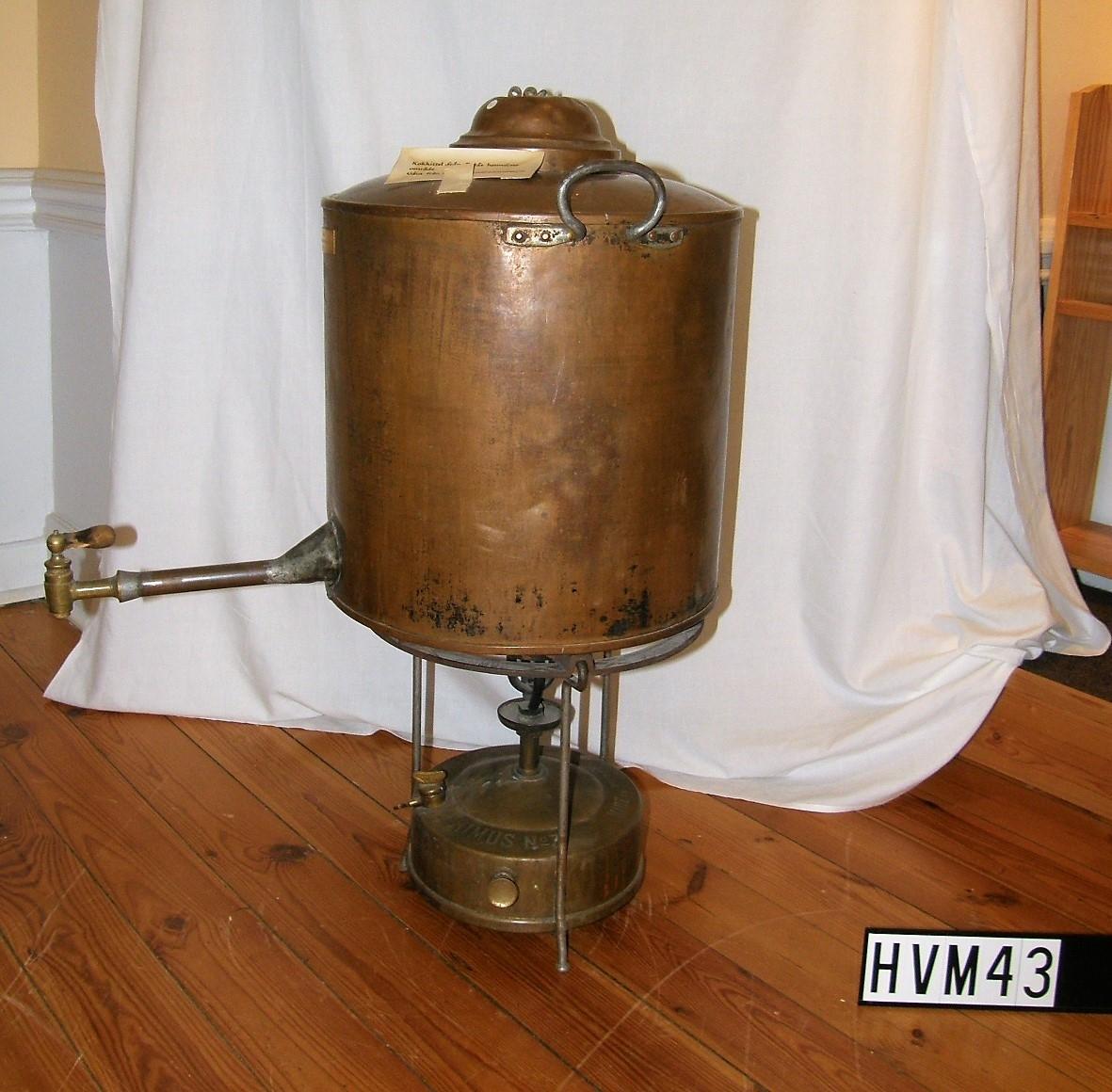 Kokkittel i koppar med avtappningskran och brännare.