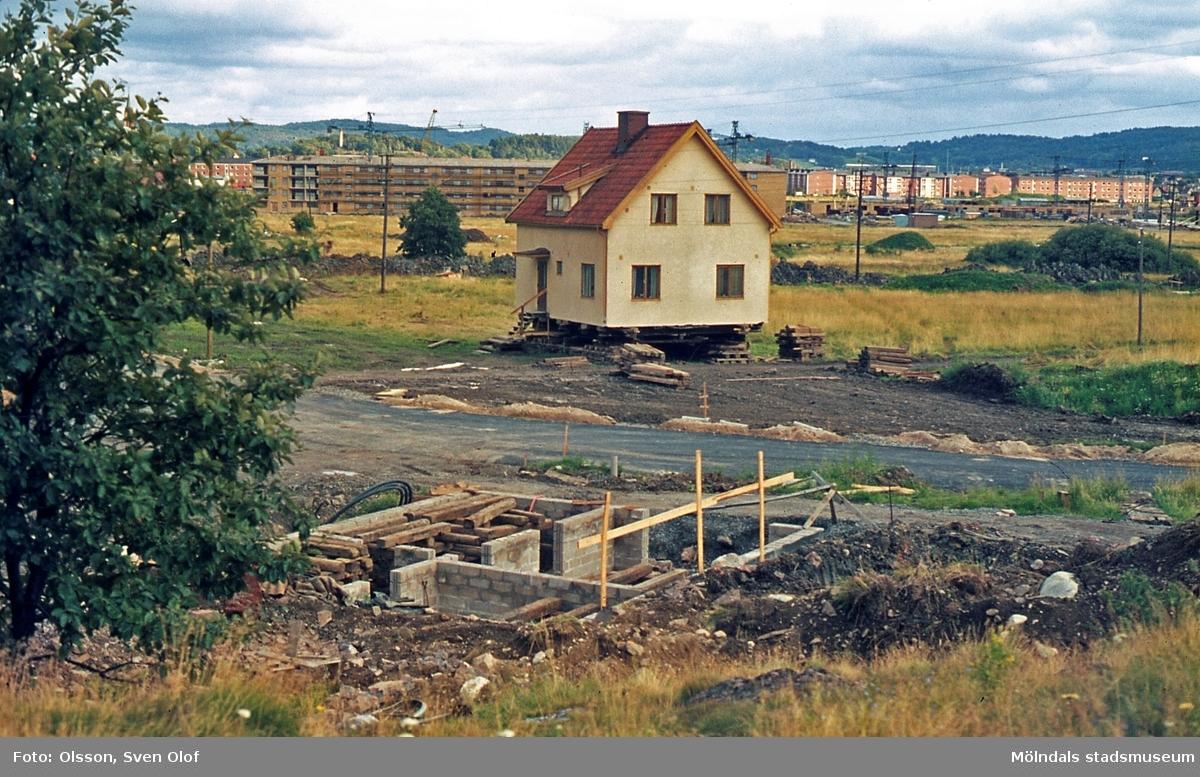 Toltorp i Mölndal, år 1968. Greta och Anders Martinssons hus rullas över Toltorpsgärdet. T 2:20.