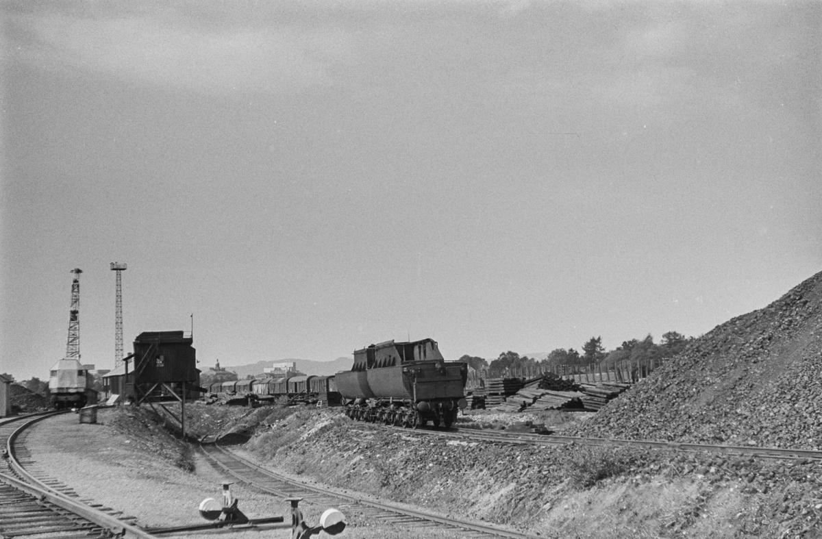 Kullastegraven på Marienborg ved Trondheim.  I bakgrunnen to tendere fra utrangerte damplokomotiver type 63a.