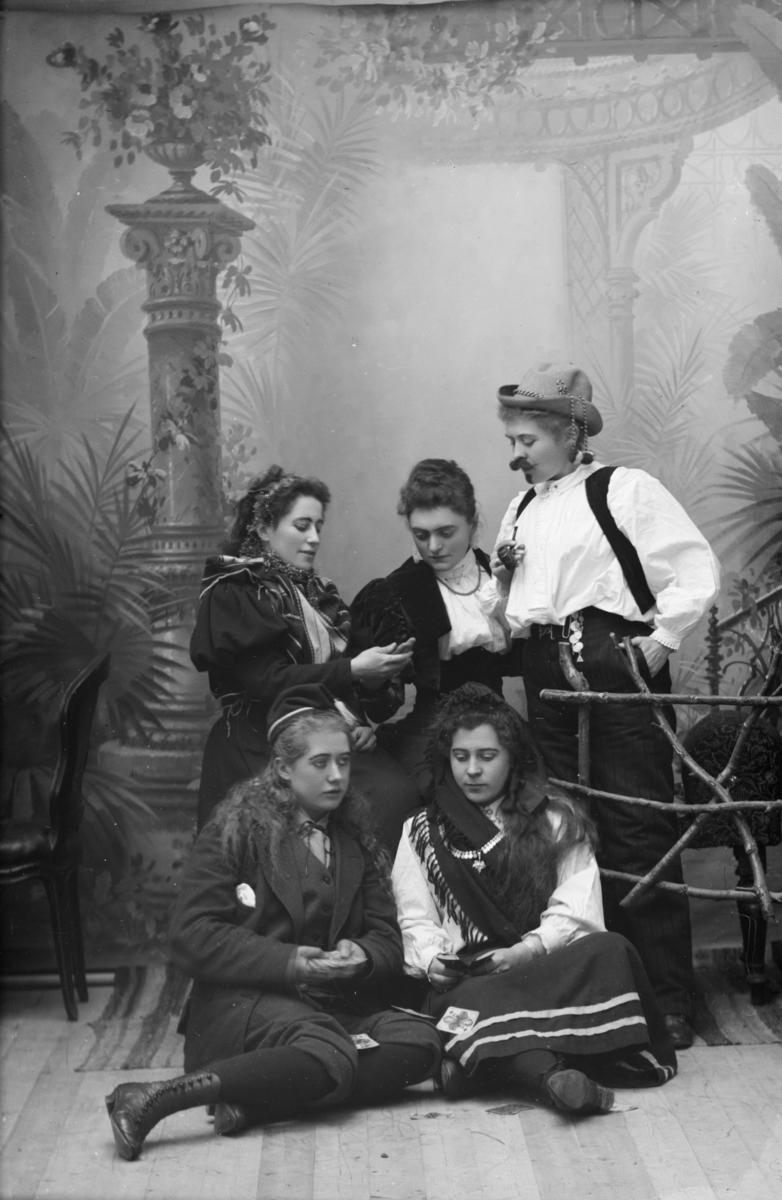 """Teatergruppe,  nevnt som """"Lingelingeling"""" med familie. Adressen var fogd Müller, som var Fredrik Christian Müller på gården Sigstad i Nord-Fron."""