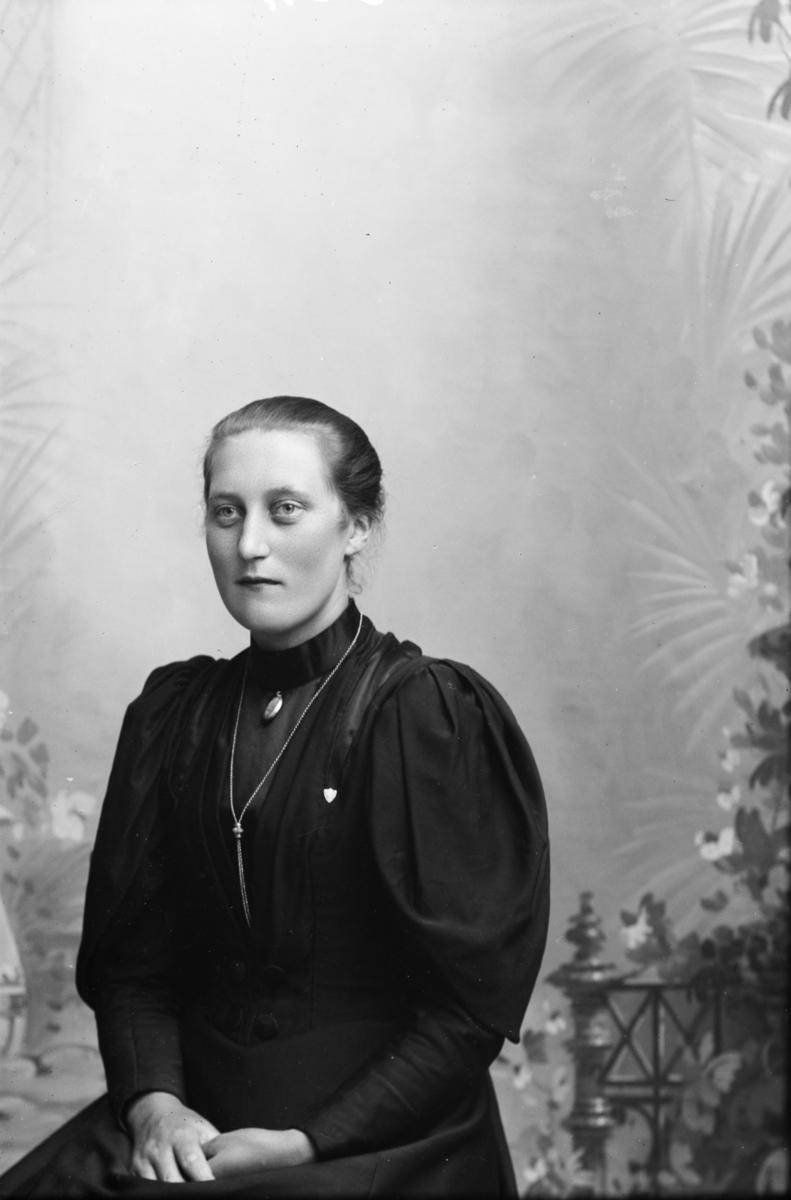 Portrett av Ragna Linde, født 1876 i Nord-Fron.