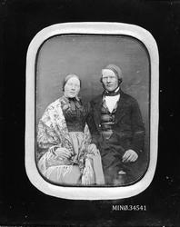 Portrett av ektepar. Elias Hansen Narjord f. 1829, og hans k