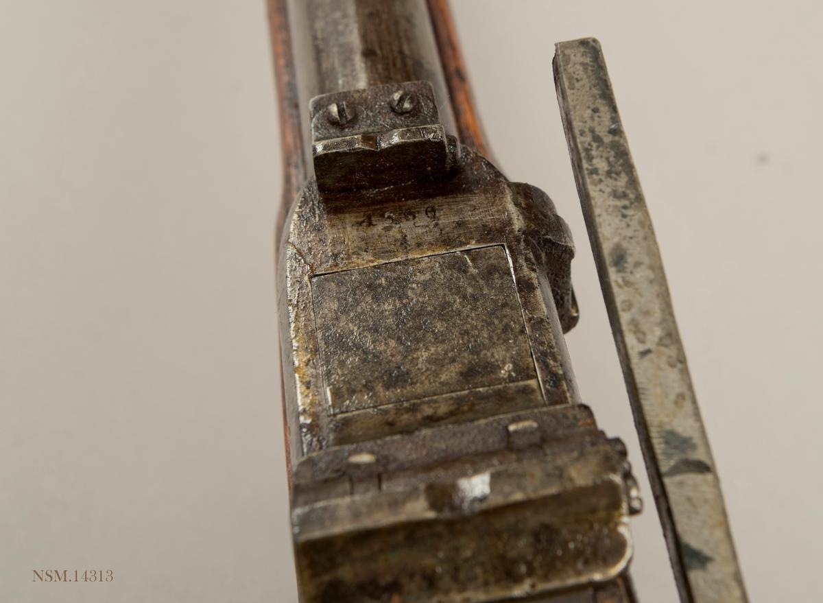 Geværet er av modell 1845/67 og produsert for marinen i et antall på ca.100. Geværet er langt kortere enn Modell 1860 for hæren og bedre til bruk om bord i skip. Det er vanskelig å skille de ulike kammerladningsmodellene fra hverandre men geværet har to trekk som skiller; baksiktet er utviklet for denne modellen og skruene i låsen er nummererte.  Våpenet er i dårlig stand og mangler utstøter/pussestokk og knappen på låsearmen.