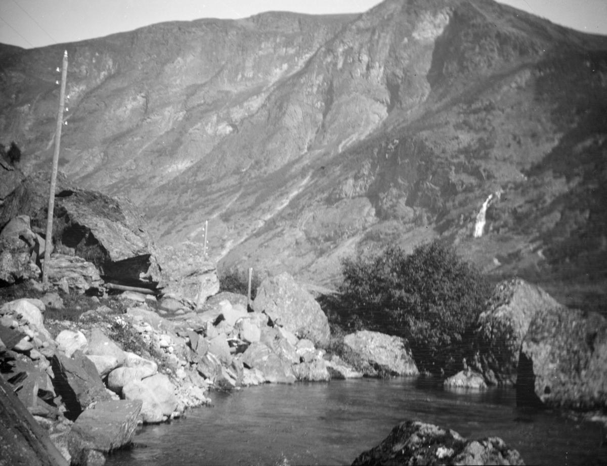 Elv med telefonkurs langs elvebredden