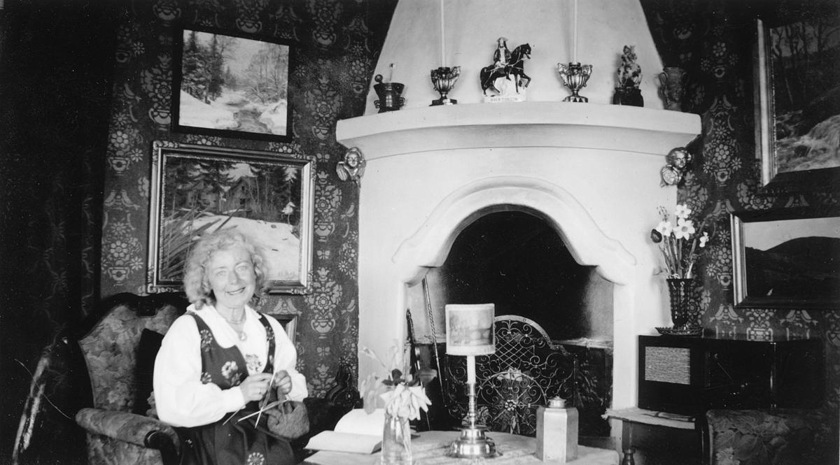 Ruth Lundeby ved peisen i ekteparets hus Casa Rosa, Nordsetervegen 24, Lillehammer