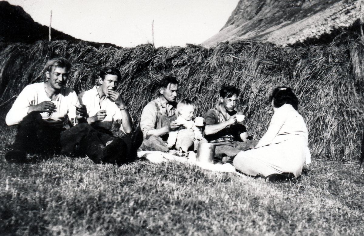 Matpause i slåttonna. Stordalen, Tranøy tidligere Torsken.