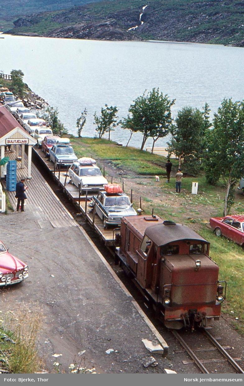 Ekstra biltog på Sulitjelma stasjon, trukket av diesellokomotivet SAULO