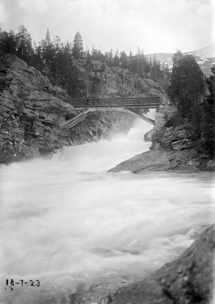 Gamle Ulvbrua over elva Ulvåa på vegen Stuguflotten-Brøste,  dagens bru står 10 m oppstrøms
