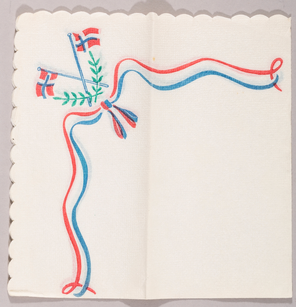 Svunget bånd i blått og rødt med sløyfe. To norske flagg i kryss. To grønne blader.