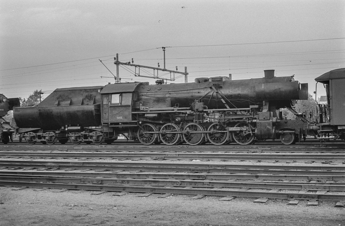Utrangert damplokomotiv type 63a nr. 5855 på Marienborg. Lokomotivet er underveis til hugging.