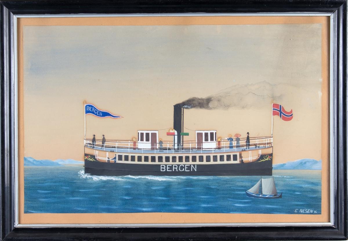 Skipsportrett av Laksevågsfergen DS BERGEN under fart med vimpel med skipsnavn og norsk flagg. Ser flere passasjerer ombord samt trolig en oselver med spriseil i forgrunnen