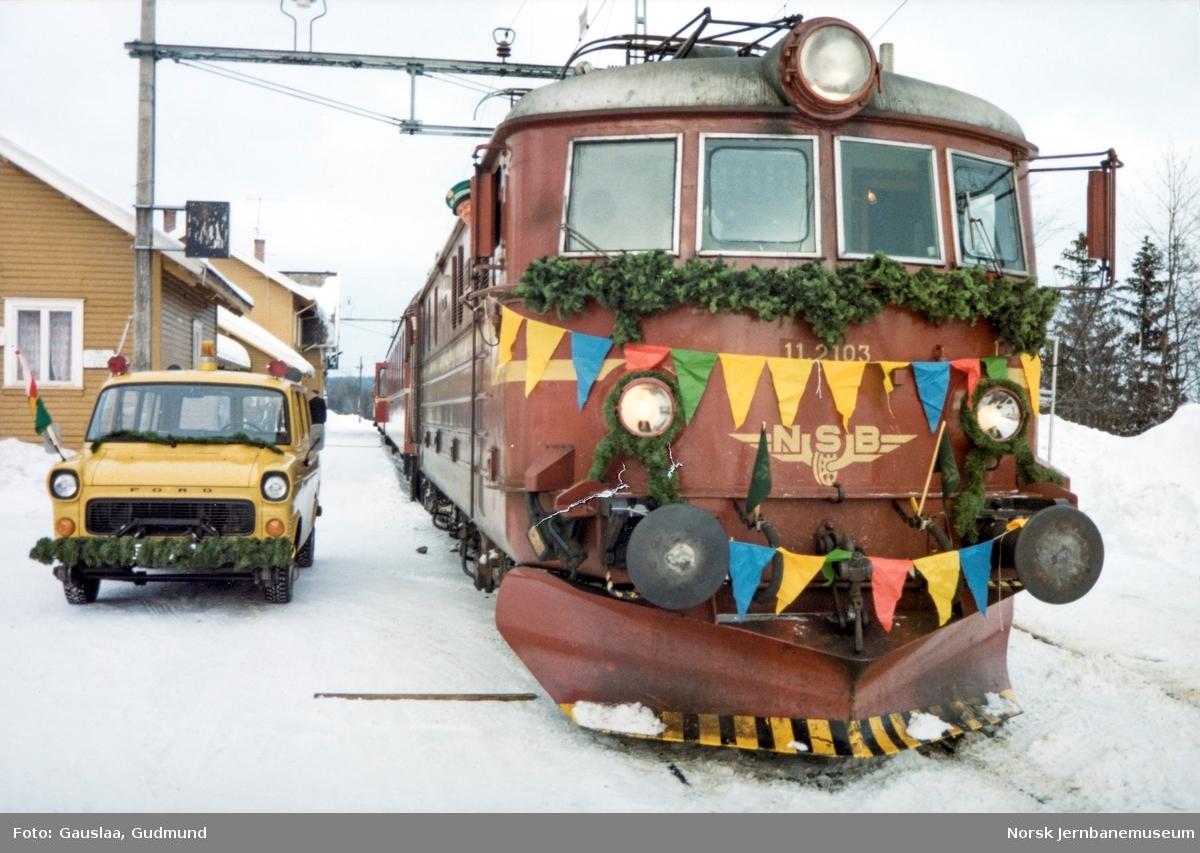 """NSBs Ford Transit skinnebil BC31753 på Skoppum stasjon i forbindelse med innspilling av NSBs film """"Toget"""" - med elektrisk lokomotiv El 11 2103"""