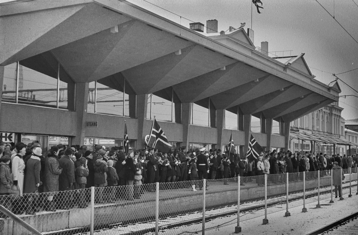 Mange fremmøtte på plattformen på Trondheim stasjon i forbindelse med åpningen av Dovrebanen for elektrisk drift.