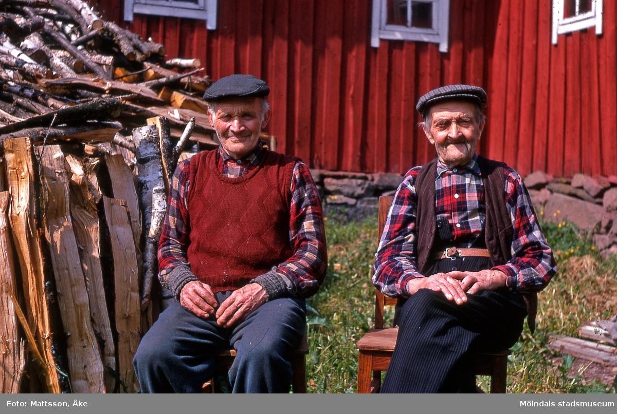 Gården Alvered 3 i Alvered, Mölndal, på 1960-talet. Porträtt av grannarna Oskar Olsson till vänster och John Johansson.