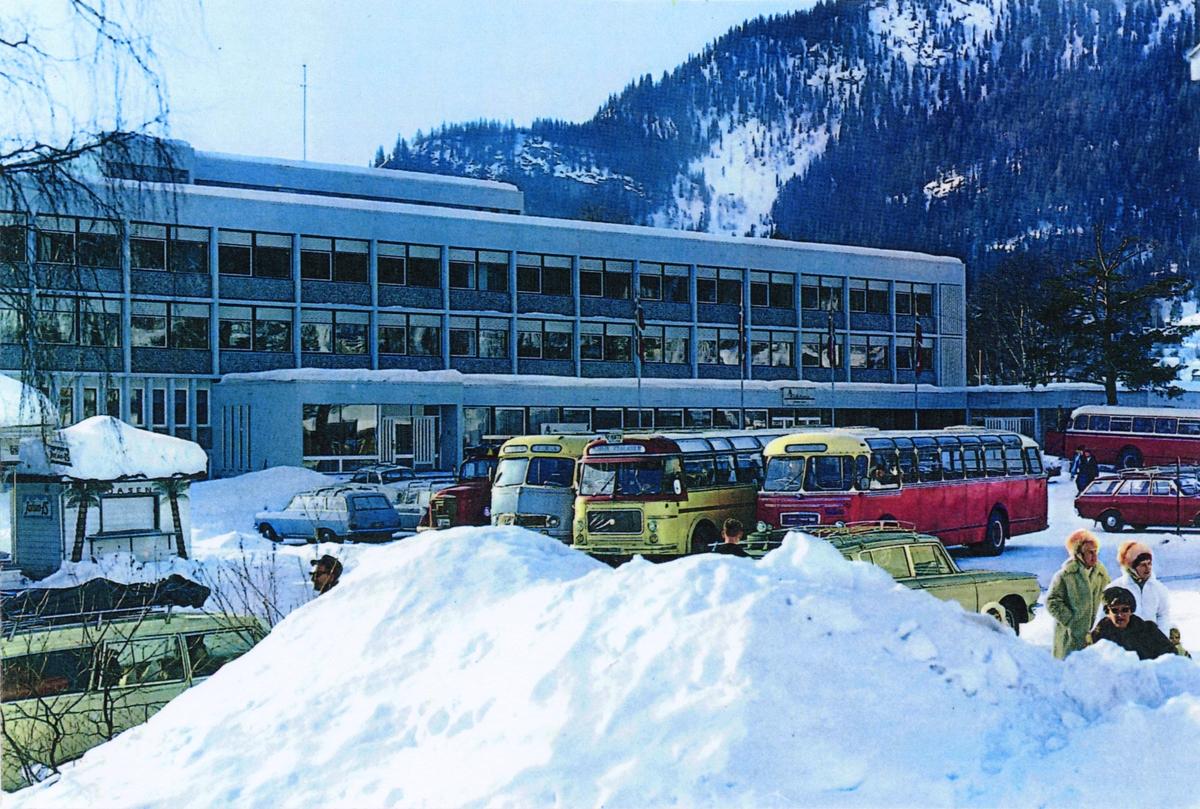 Utenfor Fagernes Hotell vinteren 1965.