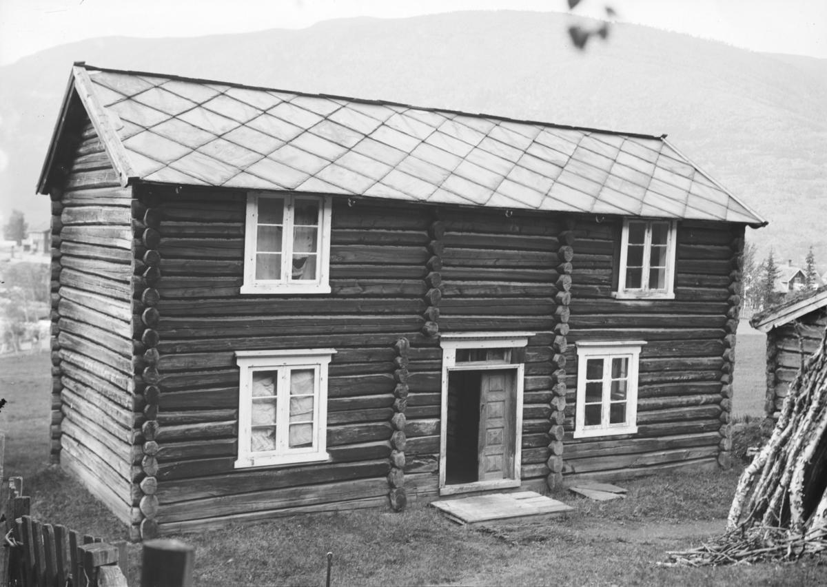 Gammelt tømmerhus i 2 etasjer, fraflyttet. Sansynlig i Vågå