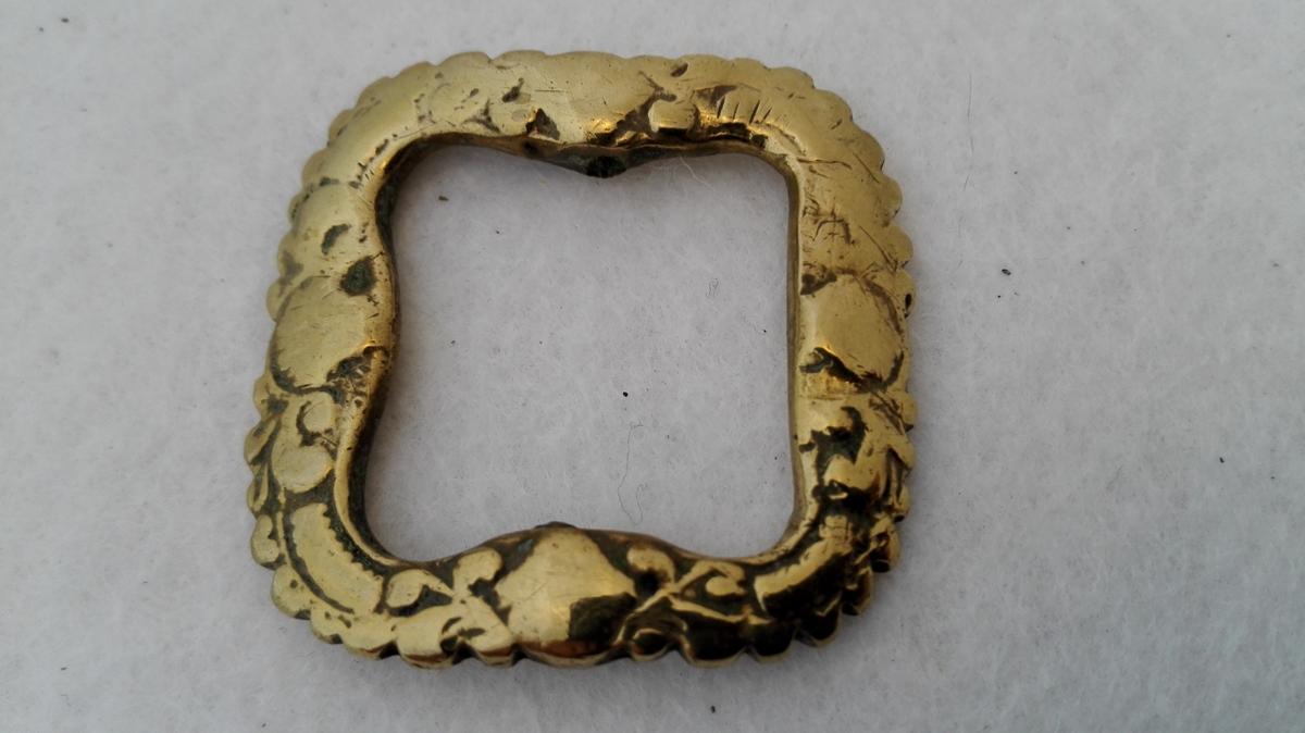 Form: Med støpte ornament. Kjøpt i Indre Sogn 1900 - 1906.