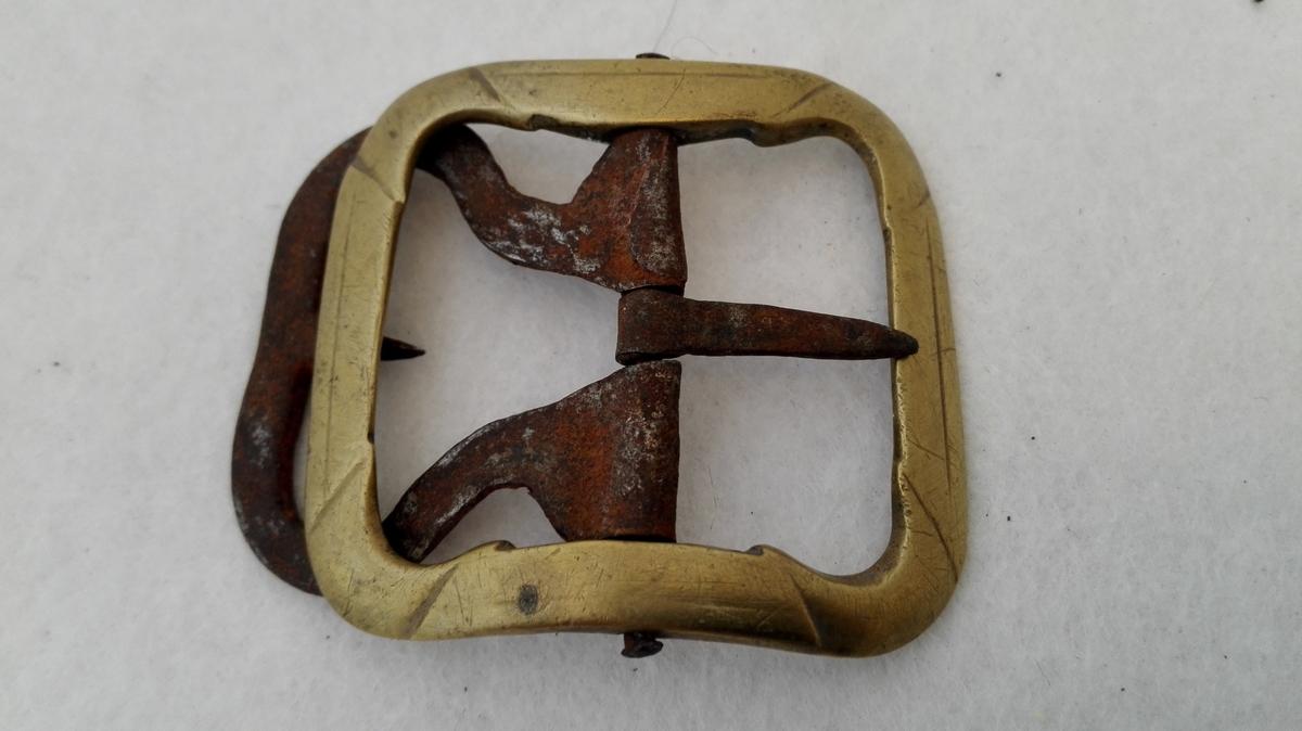 2 par skospænder av messing (9325 - 26).  To par messing skospænder av alm. type. Komplette med jerntand.  Kjöpt av landhandler Theodor Lindström, Lærdal.