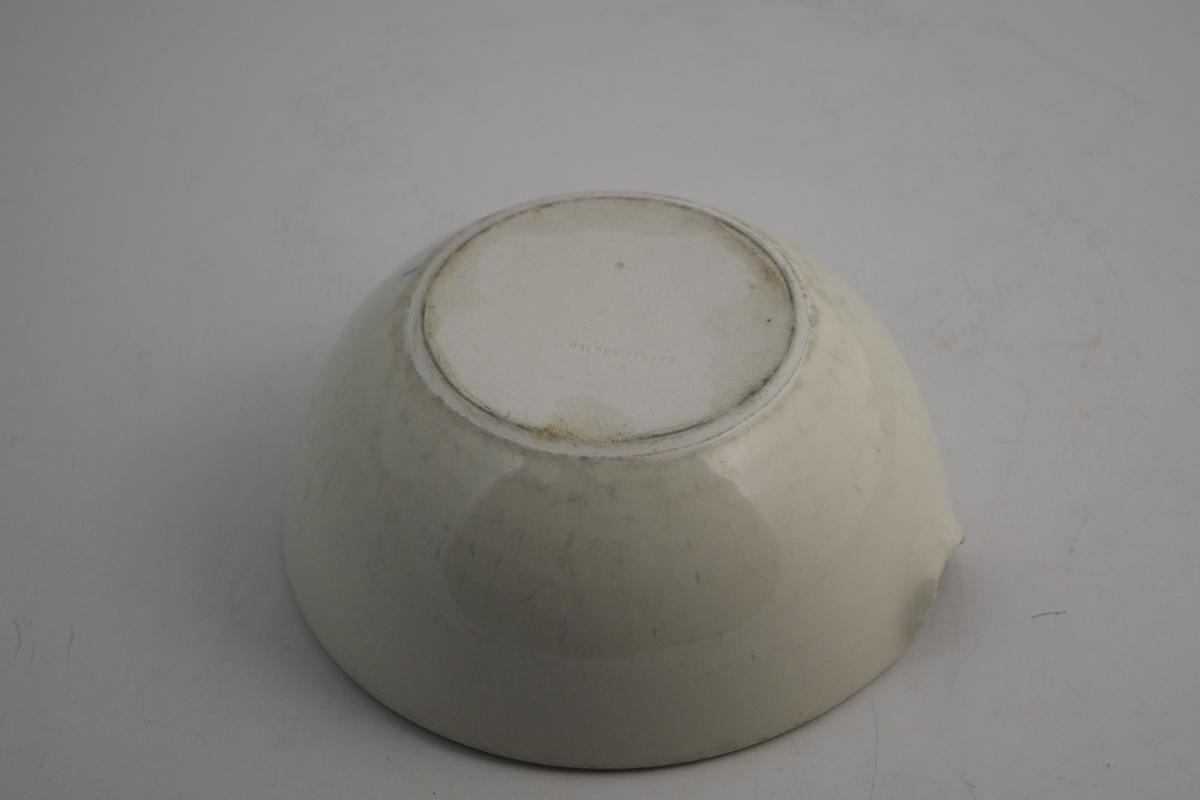 Mellomstor, hvit porselensmorter til produksjon av salver og pulverblandinger. Med helletut. Sirkulær form.