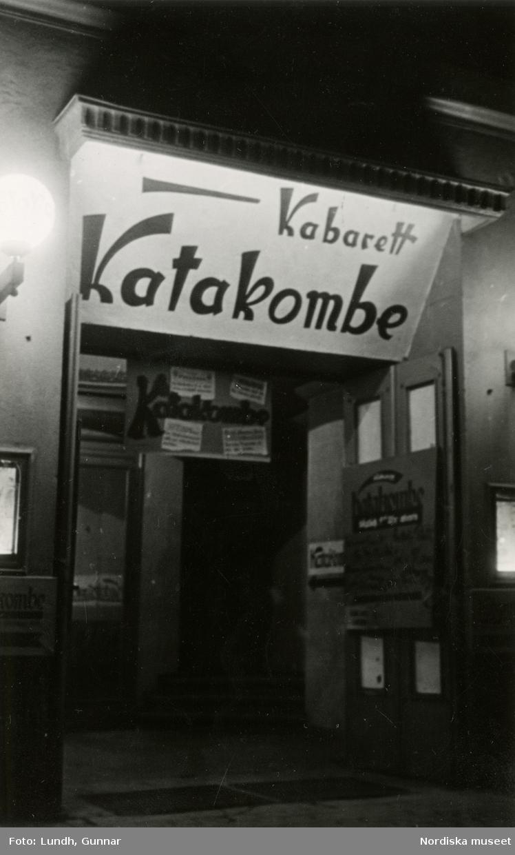 """Berlin. Entrén till """"Kabarett Katakombe"""", en politisk-litterär kabaret som senare stängdes av den nationalsocialistiska regimen (1935)."""
