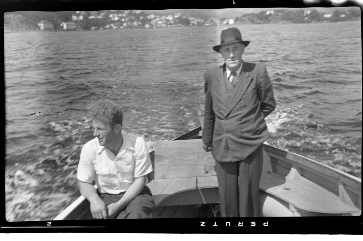Ole Olsen og Leonard Olsen ombord i en motorbåt på vei ut fra Farsund. Fotografert mai 1952.