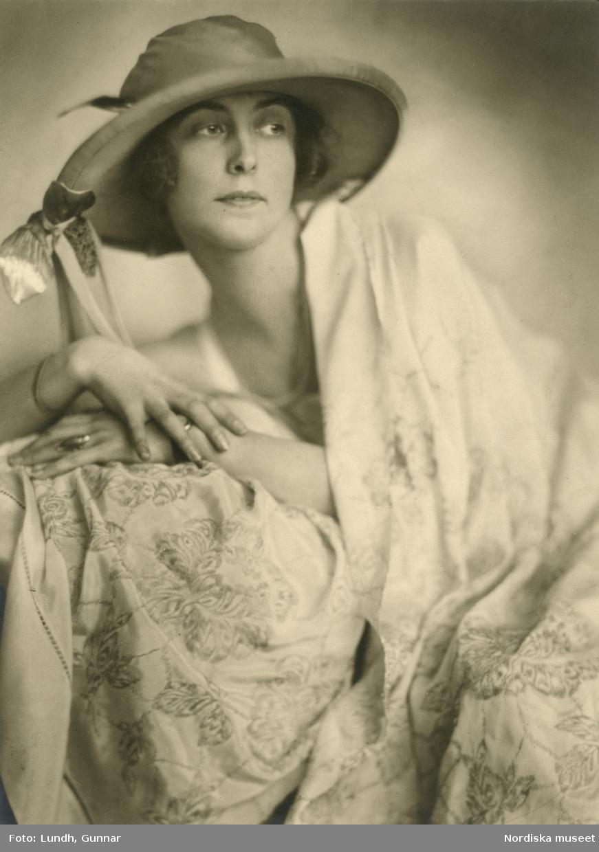 Porträtt av okänd kvinna i ljus blomstermönstrad klänning och bredbrättad hatt. Varuhuset Wertheims porträttateljé, Berlin.