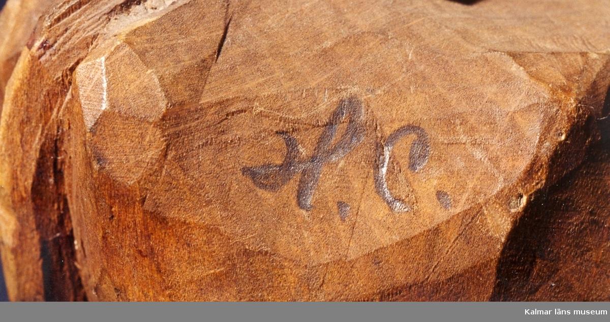 KLM 39255:10. Skulptur, av trä, bemålad. Benämnd, Ko. Signerad H.C. I blyerts på högra bakdelen. Under höger fram- och bakklöv påskrift: 18. Tillverkad av, Helge Rugland, f. Carlsson. Datering, möjligen 1918.