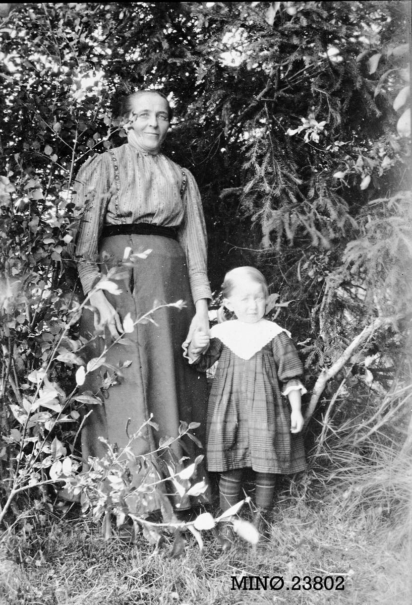 Mor og datter - Agathe Nytrøen f. Midtdal med datter