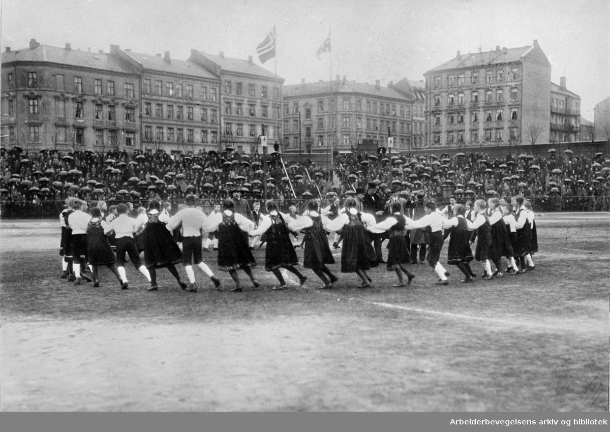 1. mai 1922 på Dæhlenengen stadion under barnestevnet, med oppvisning av leikarringer fra barnelagene.